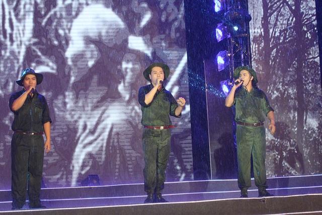 Dưới mưa tầm tã, tiết mục hát múa tam ca lần đầu tiên kết hợp của Nguyễn Hoàng Long - Kasim Hoàng Vũ - Hàn Thái Tú với ca khúc Bác đang cùng chúng cháu hành quân mang lại nhiều cảm xúc cho người xem.