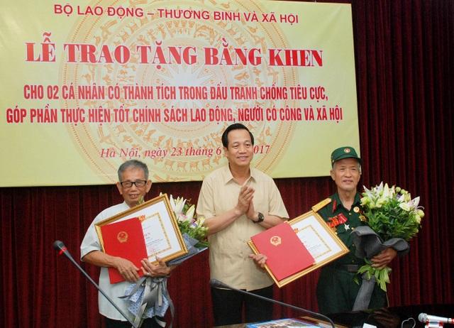 Lãnh đạo Bộ LĐ-TB&XH trao bằng khen tới 2 lão nông dũng cảm tố cáo tham nhũng.