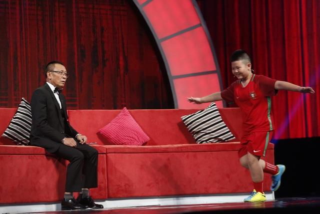 Tiếp đó, khi được MC lại Văn Sâm hỏi về đặc điểm của các cầu thủ thì Hoàng Nam lập tức trèo rời khỏi ghế sofa để thực hiện kỹ thuật đi bóng rê chân và kỹ thuật sút của cầu thủ Cristiano Ronaldo một cách thuần thuật trên sân khấu để thay cho câu trả lời của mình.