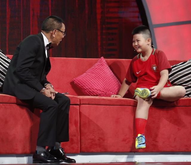 Hoàng Nam khiến MC Lại Văn Sâm choáng khi ra giá 9 triệu bảng để đầu quân cho câu lạc bộ bóng đá