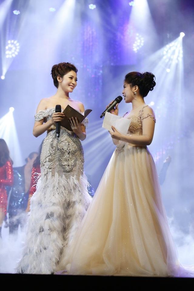 Đây là lần đầu tiên nữ diễn viên, Á hậu Yan My (trái) đảm nhiệm vai trò MC. Cô chia sẻ quyết định thử sức ở vai trò MC vì khao khát muốn vượt lên chính mình và khẳng định, người đẹp không chỉ cần đẹp về ngoại hình mà cần có sự tự tin, vốn tri thức.