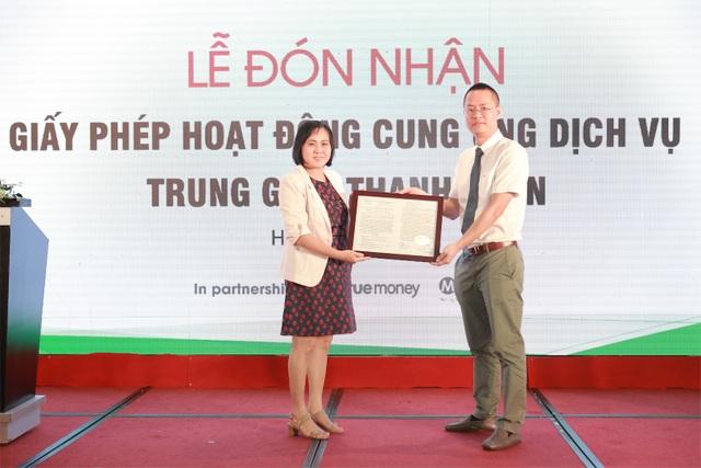 Bà Hoàng Tuyết Minh, Phó Vụ trưởng Vụ Thanh toán Ngân hàng Nhà Nước trao giấy phép tới ông Đinh Quang Huy, Tổng giám đốc 1Pay.