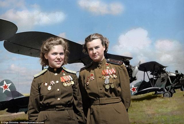 Trung đoàn bay 588 do cựu lãnh đạo Liên Xô Joseph Stalin thành lập vào ngày 8/10/1941, cùng 2 đơn vị toàn nữ giới khác. Nhiệm vụ chính của trung đoàn là đối phó với quân đội Đức Quốc xã, vốn đang giao tranh tại thành phố Leningrad. Trong ảnh: 2 nữ phi công huyền thoại của Không quân Nga Rufina Gasheva và Nataly Meklin. (Ảnh: Olga Shirnina / Mediadrumworld)