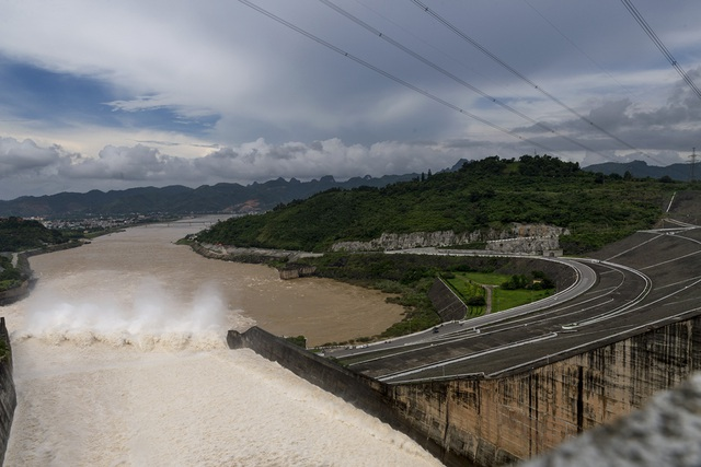 Hình Ảnh Dòng Nước Xả Lũ Và Sông Đà Nhìn Từ Phía Đỉnh Đập Thuỷ Điện