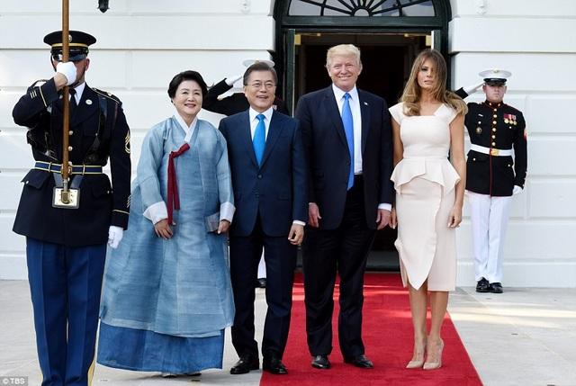 Trong chuyến thăm lần này, Tổng thống Moon đã được Nhà Trắng tiếp đón với nghi thức cao nhất. Điều này thể hiện tầm quan trọng chiến lược của đồng minh Hàn Quốc đối với Mỹ. (Ảnh: TBS)