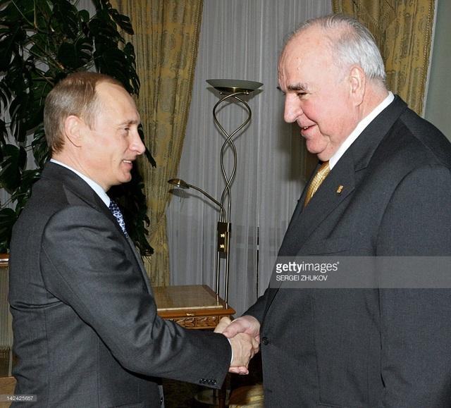 Tổng thống Nga Vladimir Putin và cố thủ tướng Đức Helmut Kohl. (Ảnh: Getty)