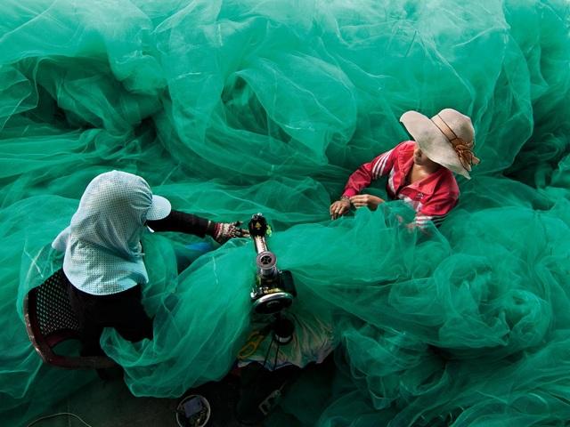 Những người dân đang đan lưới tại một làng chài ở Vĩnh Hy, tỉnh Ninh Thuận. (Click vào đây để xem ảnh kích thước lớn)