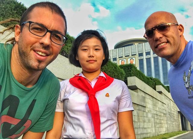 Anh Philip Milosavljevic cùng bạn chụp với một học sinh Triều Tiên. (Ảnh: Jungle Tribe)