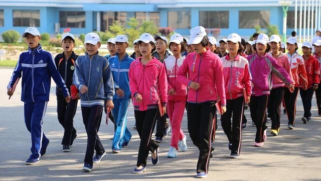 Những học sinh tại một trại hè trong những bộ trang phục thể thao khỏe khoắn.