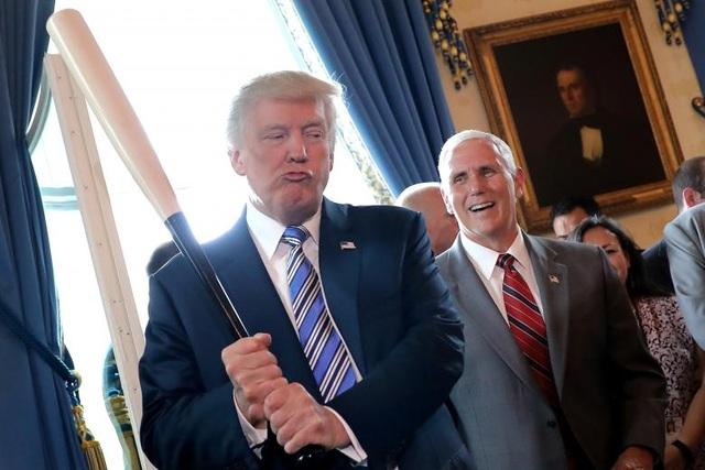 Phó tổng thống Mike Pence cười khi Tổng thống Trump cầm gậy bóng chày trong sự kiện khuyến khích sử dụng hàng Mỹ được tổ chức tại Nhà Trắng ngày 17/7/2017. (Ảnh: Reuters)