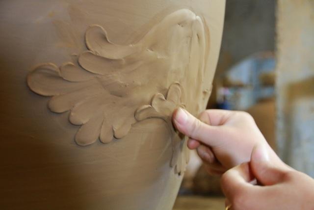 Người tạo được hình ảnh, hoa lá, tích chuyện trên các bình gốm phải được trải qua các lớp học, hay có tay nghề thâm niên. Vì khi thực hiện công đoạn này phải vẽ hình ảnh sau đó mới nặn đất vào tạo dáng phù hợp. Mỗi bức tranh trên bình gốm thể hiện sự sinh động và mang hồn cốt đặc trưng của làng nghề gốm Gia Thủy.