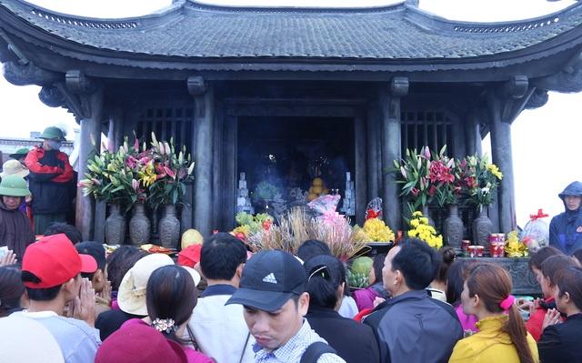 Phật tử, du khách thập phương hành lễ trước chùa Đồng trên đỉnh Yên Tử.