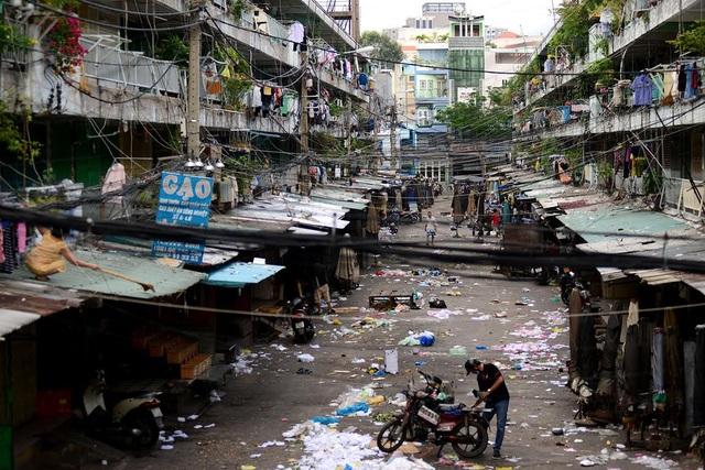 Khu chợ nằm bên trong khiến chung cư càng thêm nhếch nhác, bẩn thỉu.