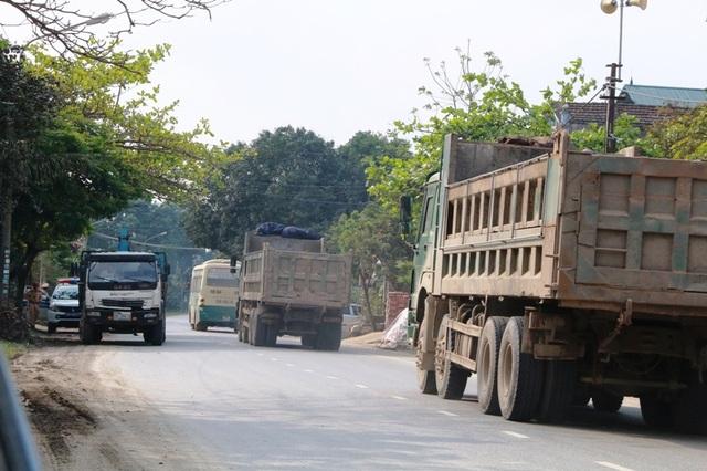 Từng đoàn xe tải chạy vù vù qua chốt CSGT Ninh Bình trên QL 12B
