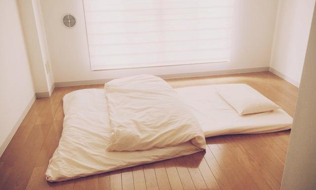 Phòng ngủ trong căn hộ nhỏ của anh Fumio.