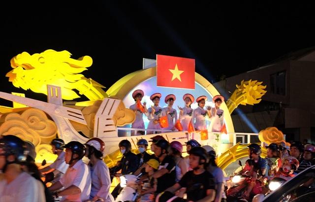 Tham gia lễ hội có các xe hoa mang biểu tượng cho các quốc gia có đội dự thi tại Lễ hội pháo hoa quốc tế 2017
