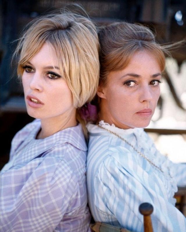 """Hai biểu tượng của màn ảnh Pháp - Jeanne Moreau (phải) và Brigitte Bardot (trái) - cùng xuất hiện trong bộ phim hài """"Viva Maria!"""" (1965) của đạo diễn Louis Malle."""