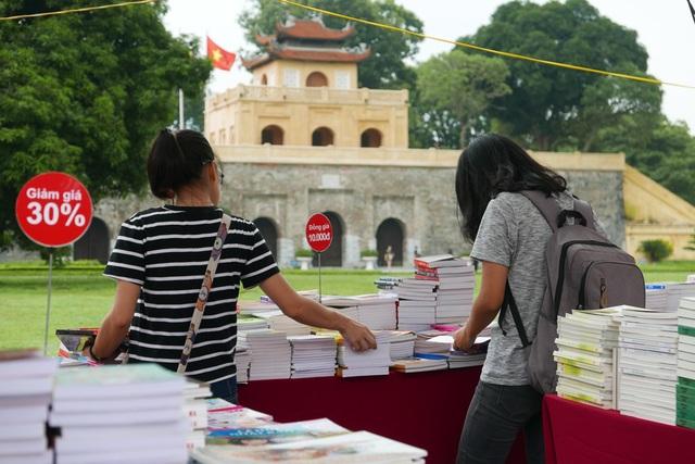 Ngoài một số đầu sách xung quanh vấn đề khởi nghiệp được trưng bày nổi bật, Hội sách Hà Nội 2017 giới thiệu hàng vạn đầu sách đủ mọi thể loại, trong đó có cả khu vực dành riêng cho sách nước ngoài.  Hoàng Thành Thăng Long cũng là không gian rất thích hợp cho một hoạt động đậm tri thức như hội sách.