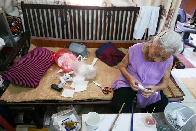 Chiếc ghế rộng vừa là nơi bà Tâm làm việc, vừa là nơi nghỉ ngơi, xung quanh lỉnh kỉnh vật liệu đơn giản để làm thiên nga bông.