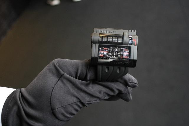 Mới đây, một thương hiệu đồng hồ nổi tiếng đến từ Thụy Sỹ đã trưng bày, giới thiệu những siêu phẩm đồng hồ tinh xảo, ấn tượng bậc nhất tại Hà Nội. Sự cầu kỳ trong thiết kế, chế tác đã làm nên mức giá bạc tỷ của những chiếc đồng hồ được đánh giá là sang trọng, xa xỉ bậc nhất thế giới này.Trong ảnh là chiếc MP-7 có giá vào khoảng 5 tỷ VNĐ.