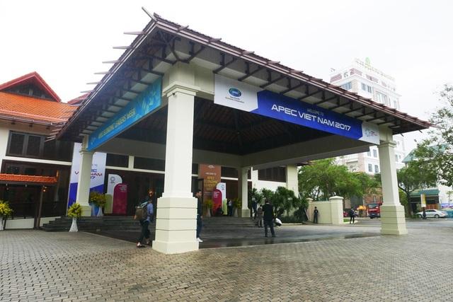 Các khu nghỉ dưỡng được chọn làm nơi diễn ra các sự kiện của APEC 2017 cũng được chỉnh trang bằng hoa tươi cùng nhiều pa nô, áp phích APEC.