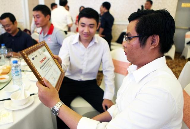 """Bằng chứng nhận """"Sản phẩm được vào Vòng chung khảo của Nhân tài Đất Việt"""" trên tay các thí sinh.  Với 17 sản phẩm lĩnh vực CNTT lọt vào chung khảo năm nay, mỗi sản phẩm thực sự là một câu chuyện về sự nhiệt huyết, về sự nỗ lực và cả sự kỳ vọng của mỗi nhóm thí sinh."""
