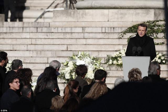 Tổng thống Pháp Macron phát biểu trên những bậc thềm của nhà thờ Madeleine.