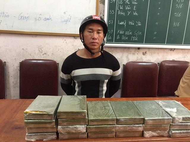 Xồng Bá Tênh cùng 20 bánh heroin được đưa về trụ sở Công an huyện Tương Dương