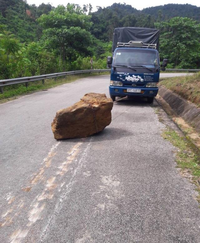 Kéo hòn đá đến cháy cả bánh xe.