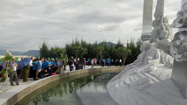 Thân nhân liệt sĩ bật khóc tại khu tưởng niệm chiến sĩ Gạc Ma - 1