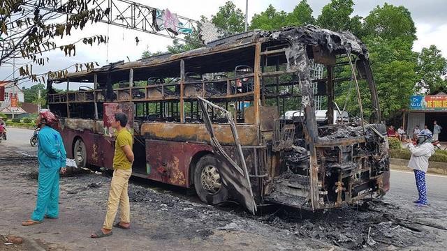 Xe vừa đổ hết khách bất ngờ bốc cháy ngùn ngụt - 4