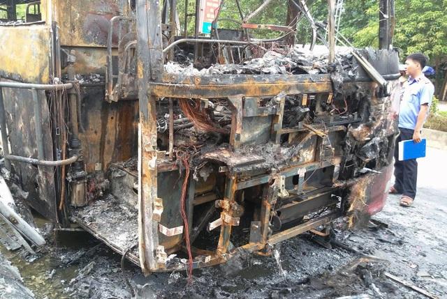 Xe vừa đổ hết khách bất ngờ bốc cháy ngùn ngụt - 2