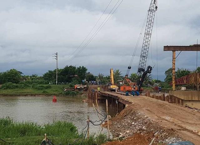 Người dân phải đi nhờ cầu tạm của công trình đang được xây dựng gần khu vực hiện trường