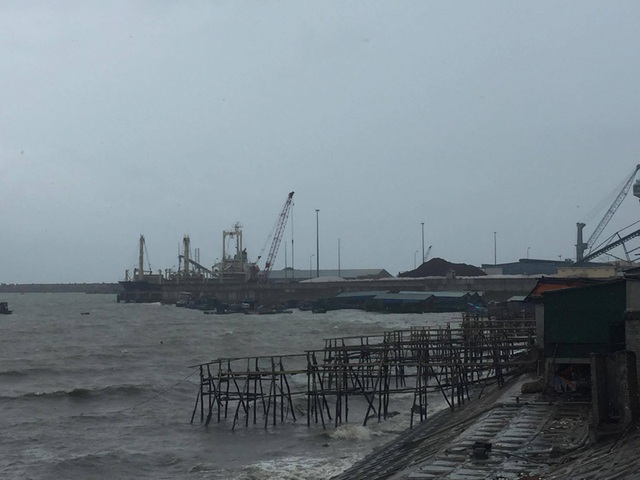 Sóng biển mạnh ập vào khu kinh doanh mực nháy nổi tiếng ở biển Vũng Áng, thị xã Kỳ Anh.