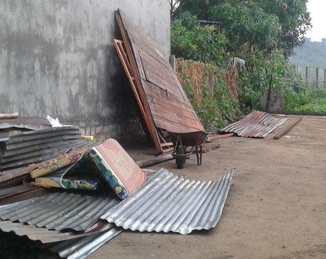Một căn nhà bị gió lốc thổi bay mái