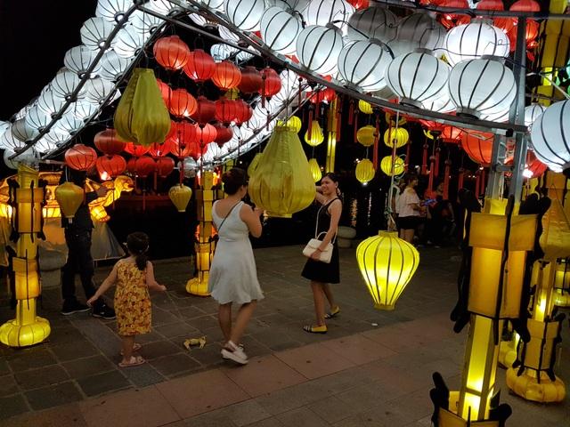Du khách tham quan phố cổ Hội An về đêm