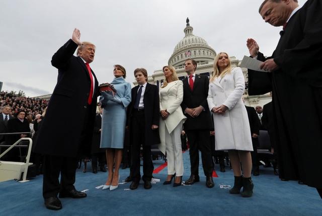 Các thành viên gia đình đứng bên cạnh ông Trump khi tỷ phú New York tuyên thệ nhậm chức. (Ảnh: Reuters)