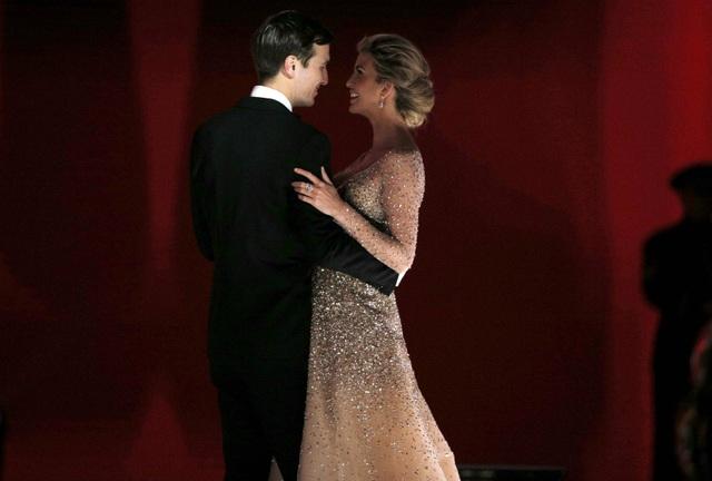 Vợ chồng Ivanka, con gái lớn Tổng thống Trump, tình tứ trong tiệc khiêu vũ. (Ảnh: Reuters)