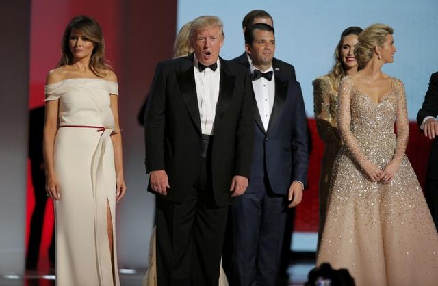 Đại gia đình tân Tổng thống đều có mặt tại tiệc khiêu vũ. (Ảnh: Reuters)