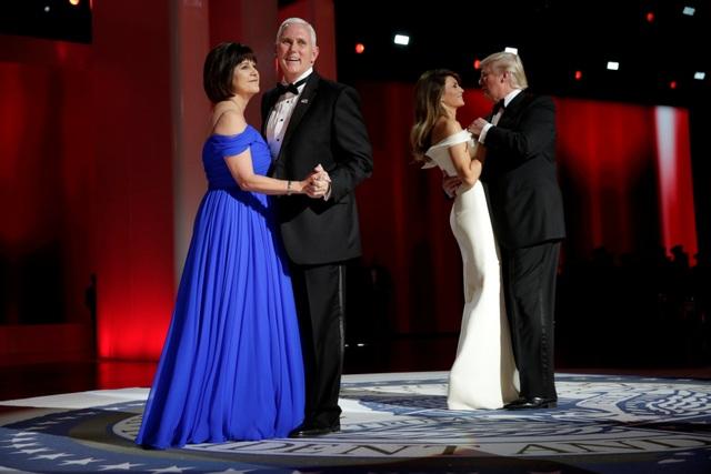 Sau bài phát phát biểu, Tổng thống Trump và Đệ nhất phu nhân đã có màn khiêu vũ cùng với đông đảo quan khách tại khán phòng, trong đó có cả Phó Tổng thống Mike Pence và phu nhân. (Ảnh: Reuters)