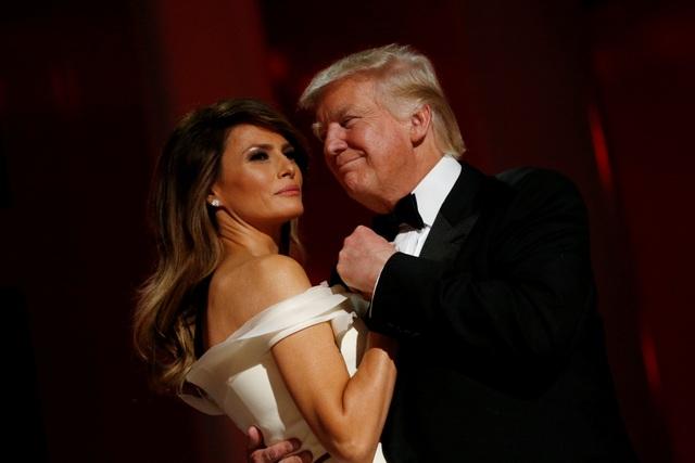 Vợ chồng tân Tổng thống tình tứ trong tiệc khiêu vũ. (Ảnh: Reuters)