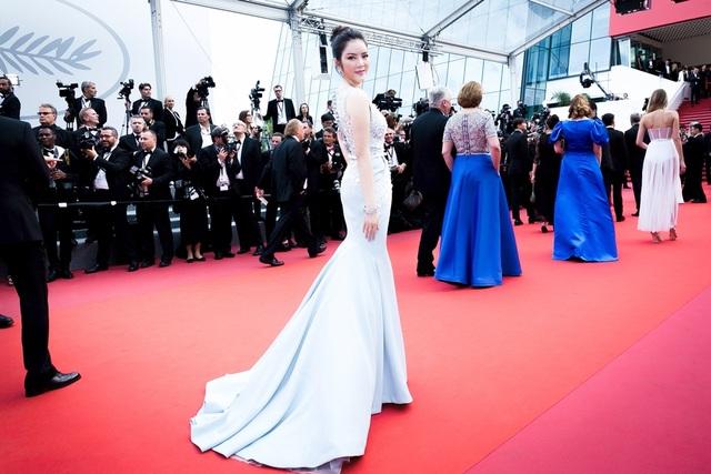 Siêu mẫu diện váy xuyên thấu tại Cannes - 12
