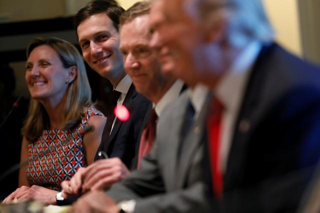 Đông đảo các thành viên nội các của Tổng thống Trump, trong đó có Phó tổng thống Mike Pence, Ngoại trưởng Rex Tillerson và con rể kiêm cố vấn cấp cao của Tổng thống - Jared Kushner, cũng tham dự hội đàm (Ảnh: Reuters)