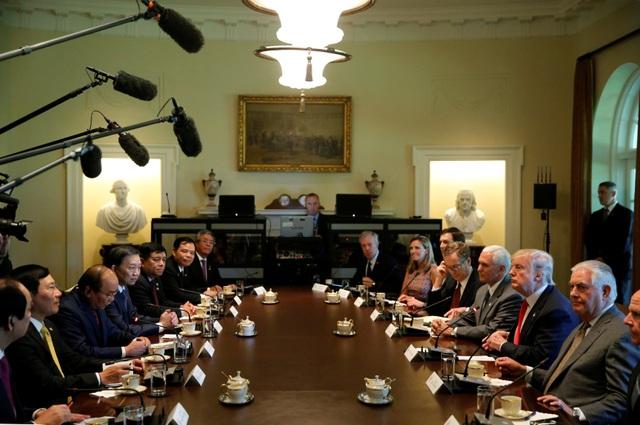 Tổng thống Donald Trump và Thủ tướng Nguyễn Xuân Phúc sau đó dẫn đầu phái đoàn hai nước có cuộc hội đàm song phương tại Nhà Trắng (Ảnh: Reuters)