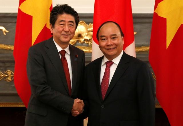 Thủ tướng Shinzo Abe và người đồng cấp Nguyễn Xuân Phúc bắt tay tại Nhà khách quốc gia (Ảnh: Reuters)