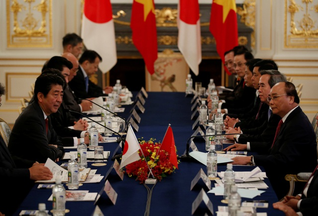 Thủ tướng Nguyễn Xuân Phúc và Thủ tướng Shinzo Abe dẫn đầu phái đoàn hai nước trong cuộc hội đàm (Ảnh: Reuters)