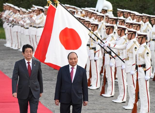 Thủ tướng Abe và Thủ tướng Phúc duyệt đội danh dự (Ảnh: Reuters)