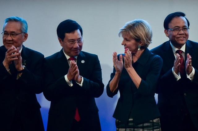 Ngoại trưởng Australia Julie Bishop đứng cạnh Phó Thủ tướng, Bộ trưởng Ngoại giao Việt Nam Phạm Bình Minh tại Hội nghị Ngoại trưởng ASEAN và Australia ngày 6/8. (Ảnh: Reuters)