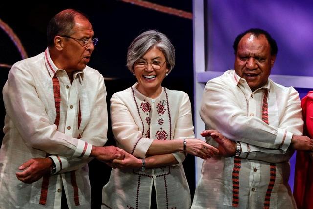 Ngoại trưởng Nga Sergey Lavrov (trái), Ngoại trưởng Hàn Quốc Kang Kyung-wha (giữa) và người đồng cấp Papua New Guinea Rimbink Pato bắt tay tại tiệc tối dành cho ngoại trưởng các nước tại Manila, Philippines ngày 6/8. (Ảnh: Reuters)
