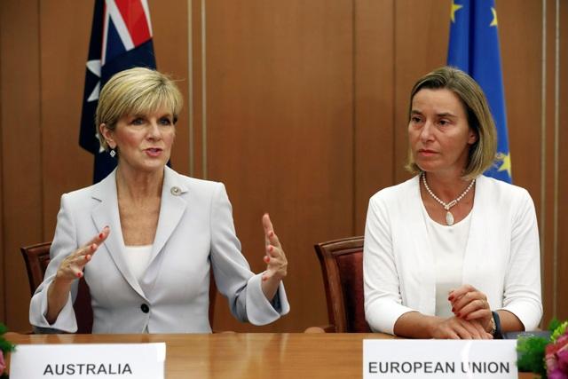 Ngoại trưởng Australia Julie Bishop (trái) và Cao ủy phụ trách chính sách đối ngoại của Liên minh châu Âu Federica Mogherini gặp nhau bên lề AMM 50. (Ảnh: Reuters)